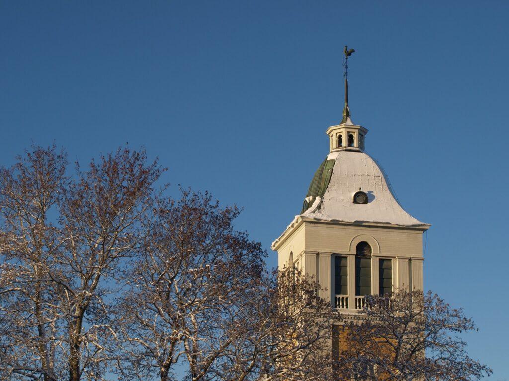 Talvinen Laihian kirkon torni.